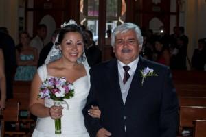 Novia y padrino entrando en la iglesia