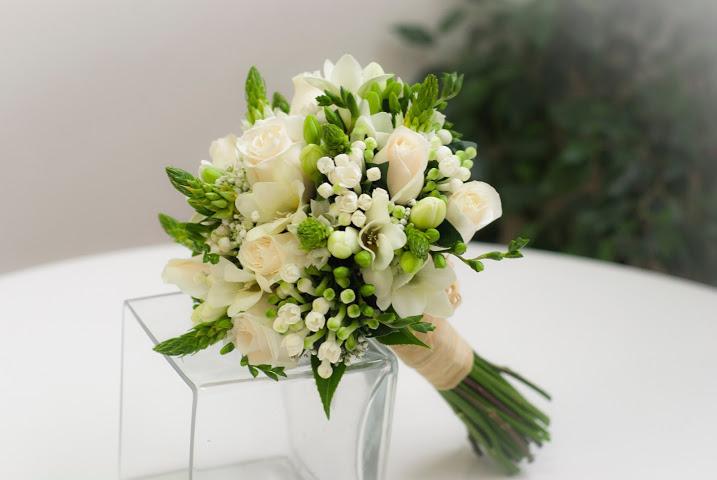 Ramo de novia de fressias y rosas blancas - Significado rosas blancas ...