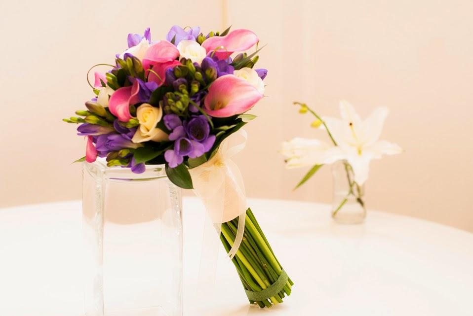 Bouquet de calas, rosas y fressias
