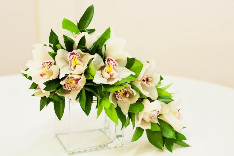 Ramo de orquídeas con verdes decorativos