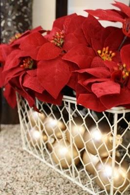 Flor de Pascua con bolas de Navidad