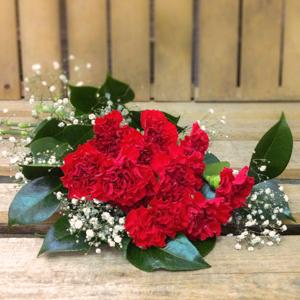 Ramo de claveles rojos, con flor blanca y camelia.