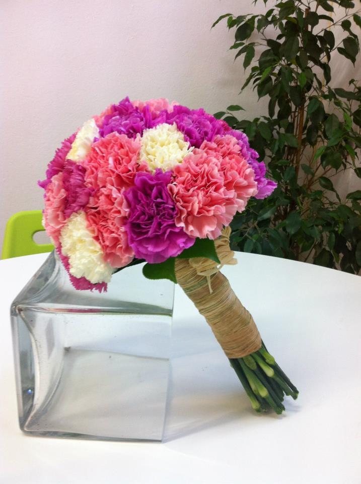 Ramo de novia con claveles de Quedeflores.com