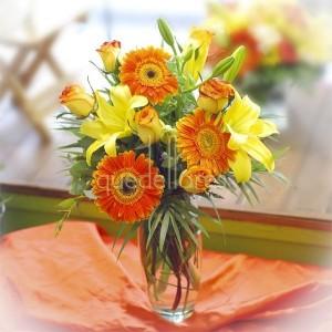 jarron-con-flores-naranjas-amarillas