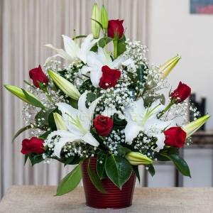 centro de rosas rojas y liliums blancos