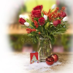 jarrón con tulipanes y rosas