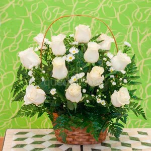 cesta de rosas blancas