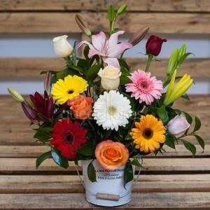 Cubo con flores multicolor