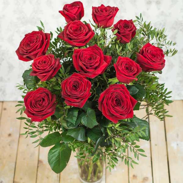 ramo de 12 rosas rojas y 1 blanca