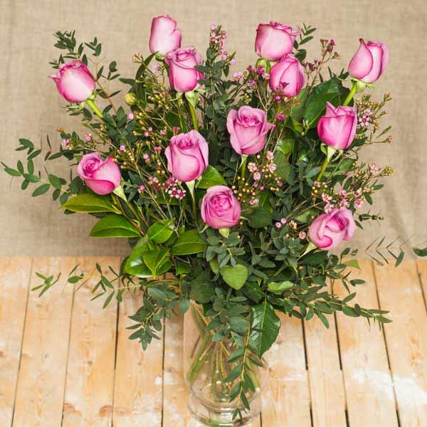 Ramo de rosas moradas.