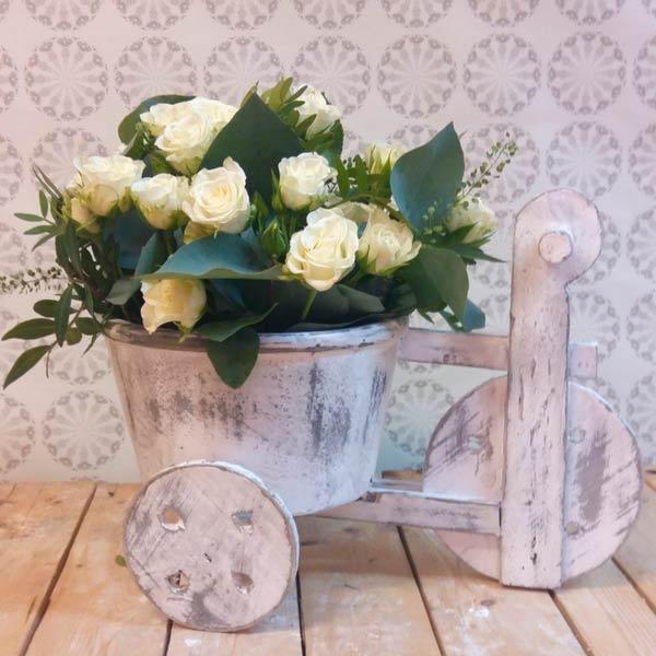 Triciclo  de rosas blancas