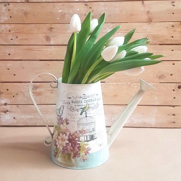 Regadera de tulipanes blancos