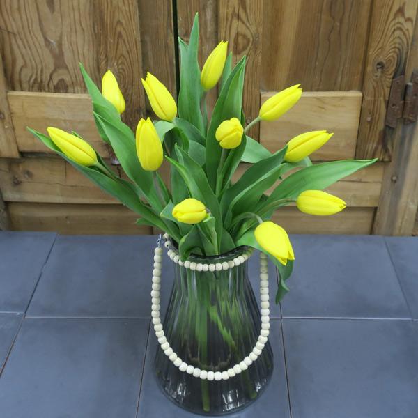 Jarra de tulipanes amarillos