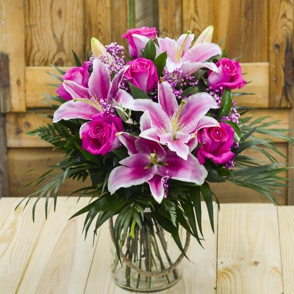 Jarrón de 6 rosas fucsias y lilium rosa
