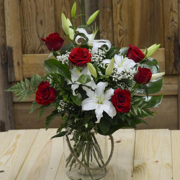 Jarrón de 6 rosas rojas y lilium blancos