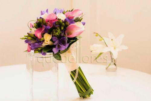Bouquet de flores variadas, 2 prendidos, centro de coche y 4 lazos para las puertas.