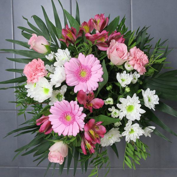 Burbuja romántica de flores variadas
