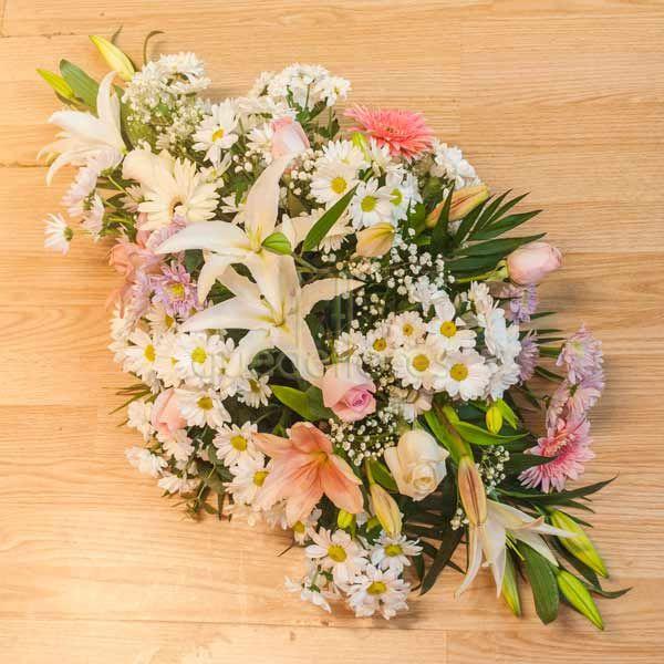 Centro de flores variadas rosas y blancas plano