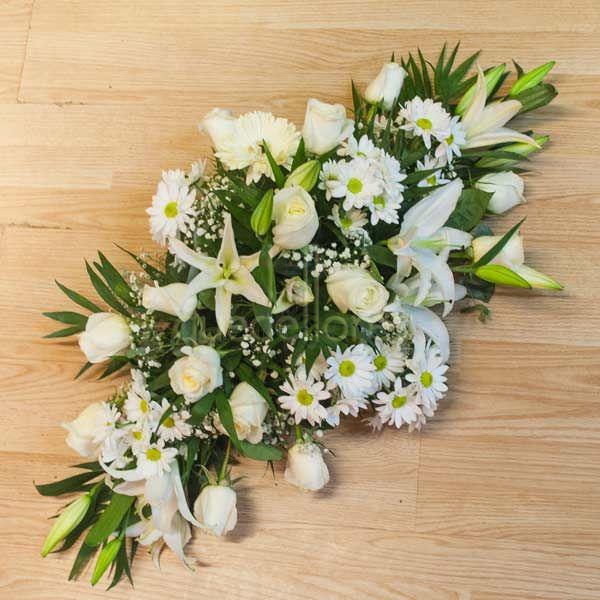 Centro de flores variadas blancas plano