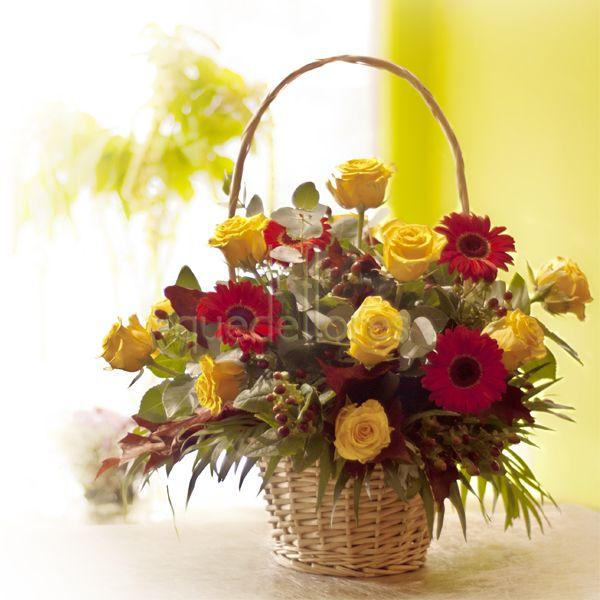 Cesta Otoño de rosas, gerberas y hojas de roble.