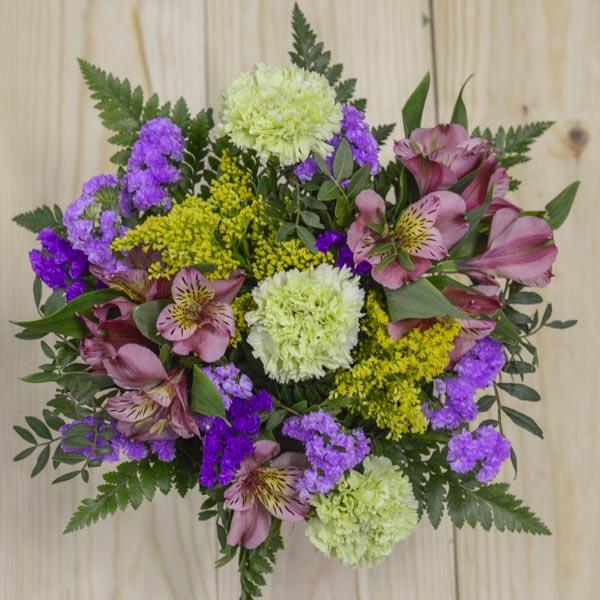 Cubo de zinc con flores
