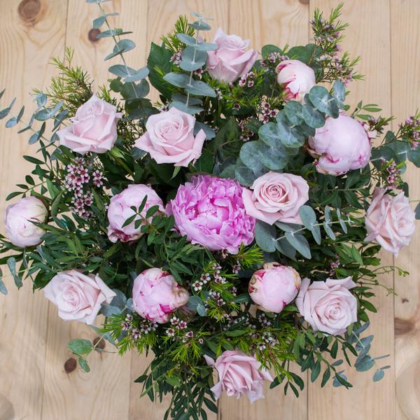 Peonías  rosa y rosas
