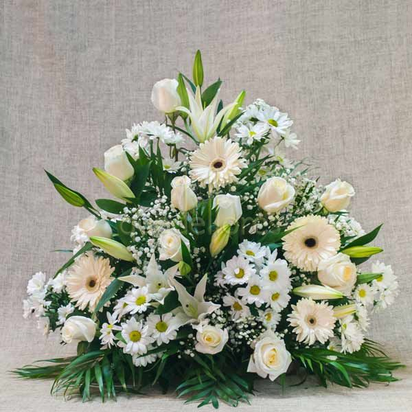 Centro de flores variadas blancas