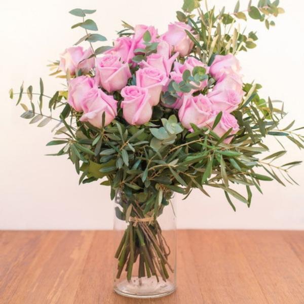 Ramo de rosas de color  rosa claro.
