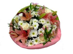 Ramo QDF de flores variadas blanco y rosa.