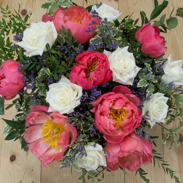Peonias coral y rosas