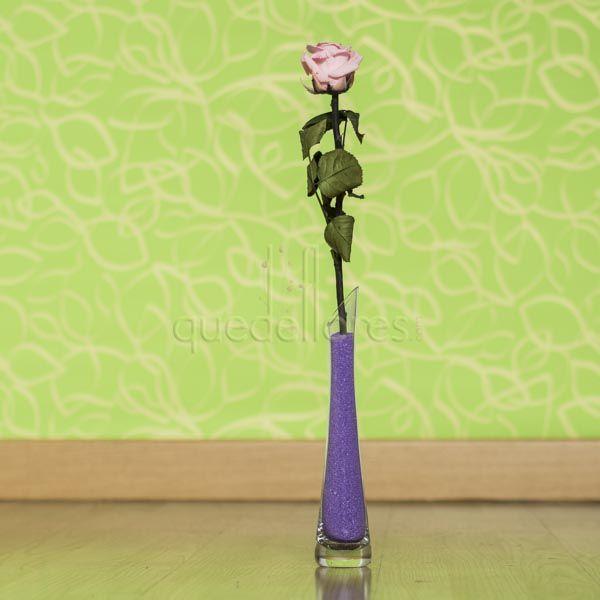 Rosa preservada de color rosa en violetero