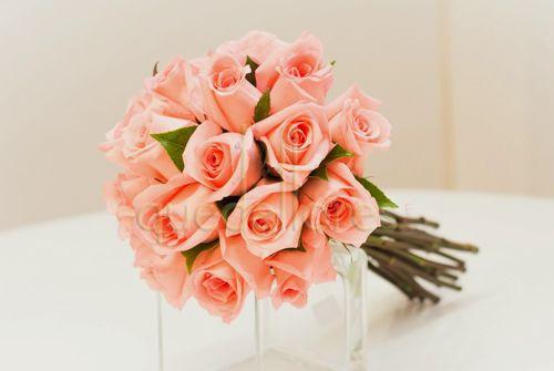 Bouquet de rosas, 2 prendidos, centro de coche y 4 lazos para las puertas